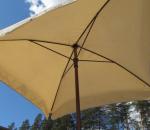 Aurinkovarjo diagonaali n. 200 cm, kylki n. 140cm, beige. Sekä aurinkovarjon jalka 35 kg.