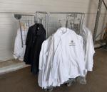 Erä vaatteita Palace hotellista ja häkki
