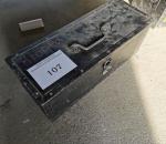 Y-107. Työklaulaatikko ja hionta tarvikkeet.