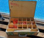 37. Putken osia ja puinen laatikko.