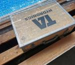 38. Putken osia ja puinen laatikko.