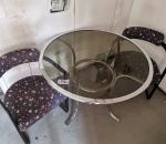 156. Lasipöytä ja 2 kpl metallisia tuoleja.